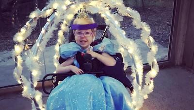 Cerita Gadis Cilik dengan Kursi Roda yang Jadi Cinderella Sehari