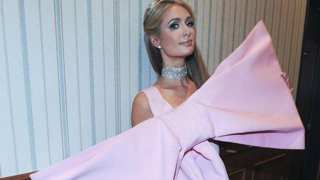 Pakai Gaun dengan Pita Super Besar, Paris Hilton Malah Mirip Kado