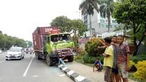 Rem Blong, Kontainer Tabrak 3 Mobil dan Pemotor hingga Tewas