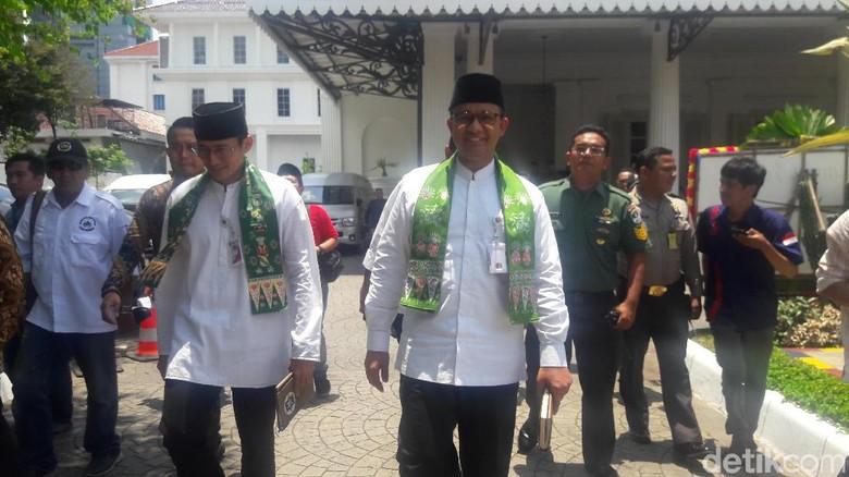 Foto: Saat Anies-Sandi Jalan Kaki dan Temui Wapres JK