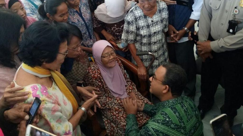 Sambutan Hangat dan Canda dari Anies-Sandi ke Warga Bukit Duri