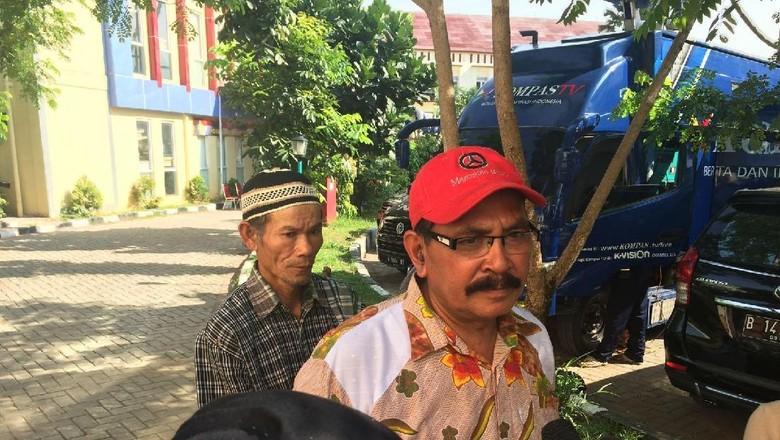 Kades Batu Layang Cari Warganya - Jakarta Kepala Desa Batu Bandung Beben mendatangi posko Ante Mortem RS Berbekal ingatan pakaian Beben mencari warganya yang