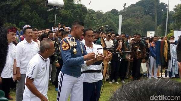 Saat Jokowi Tantang dan Ajari Anak Muda Memanah di Istana Bogor