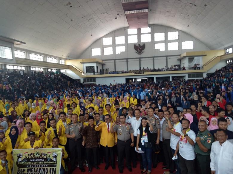 Kapolda Peran Pemuda Jaga Keutuhan - Surabaya Ribuan mahasiswa di berbagai universitas di Jawa Timur meramaikan Gelora Pancasila di Jalan Indragiri Mereka menghadiri kuliah