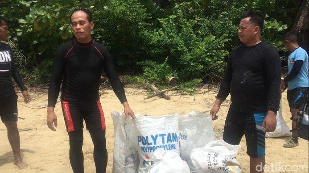 Bersih-bersih di Pantai Batu Sindu Natuna