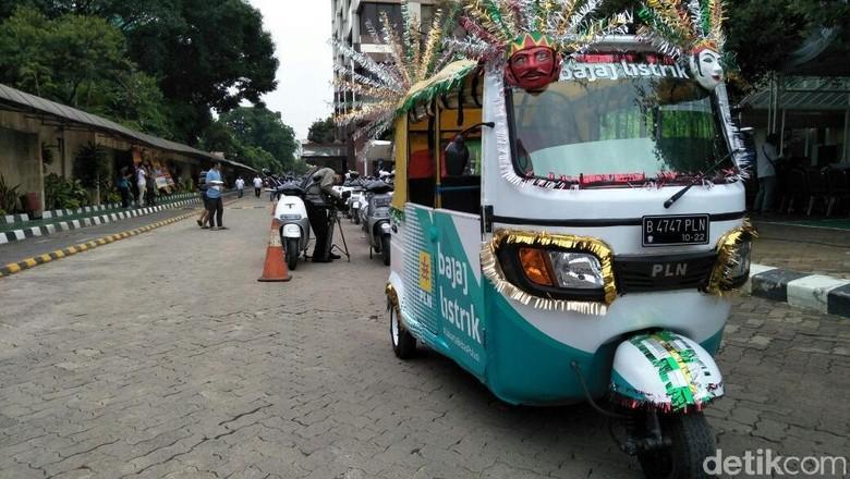 Ratusan Motor Listrik Konvoi di Jakarta