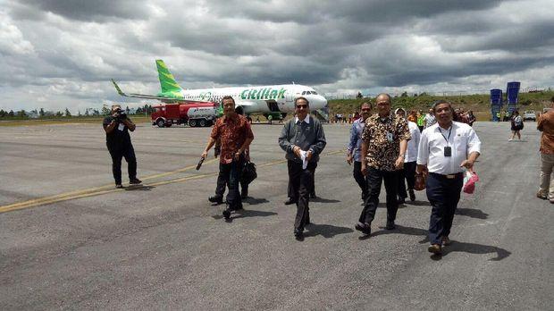 Menteri Pariwisata Arief Yahya (tengah berbaju abu-abu) saat menjajal penerbangan langsung Citilink ke Bandara Silangit