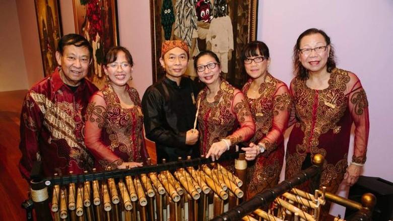 Kelompok Angklung Indonesia dari Adelaide - Adelaide Kelompok angklung asal Australia Adelindo Angklung memiliki Kesebelas anggotanya sudah memasuki usia Tapi justru mereka memanfaatkan waktunya