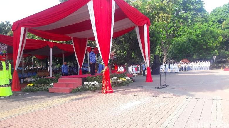 Lawan Upaya Pemecah Persatuan dan - Jakarta Gubernur DKI Jakarta Anies Baswedan memimpin upacara peringatan Hari Sumpah Pemuda di Lapangan Jakarta Anies menjadi inspektur