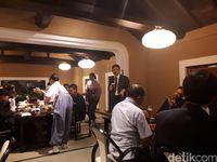 Pengunjung menikmati makan di restoran (Rois/detikTravel)