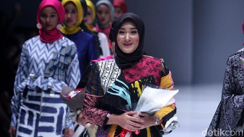 Foto: Koleksi Terbaru Dian Pelangi Hadirkan Baju Hijab Batik Motif Arsiran