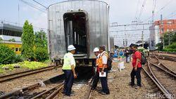 Gerbong KRL Anjlok di Stasiun Jatinegara Masih Dievakuasi