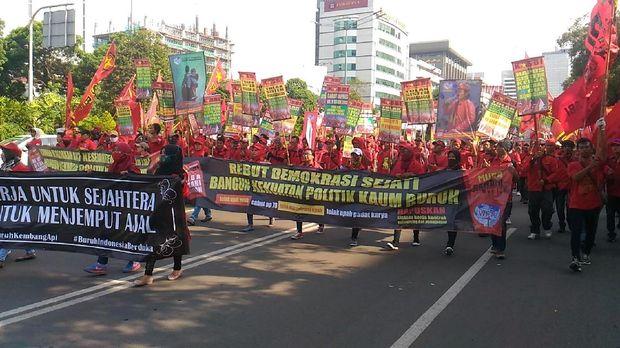 Ratusan Buruh Long March Menuju Istana Untuk Lakukan Demo