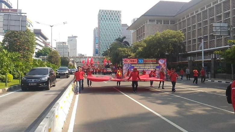 Ratusan Buruh Long March Menuju Istana untuk Berdemo