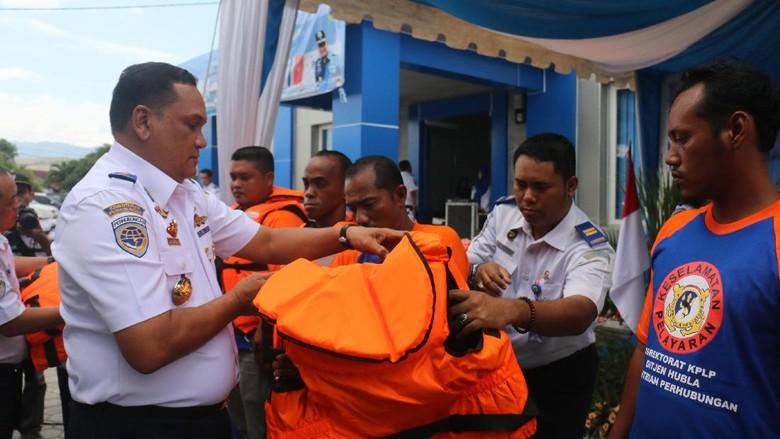 Kemenhub Bagikan 300 Pelampung ke Nelayan Aceh
