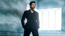 9 Potret Shah Rukh Khan yang Tetap Ganteng dan Gagah Meski Berusia 52