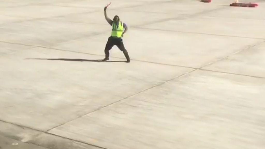 Kocak! Pria Ini Joget Saat Memarkirkan Pesawat