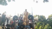 Foto: Saat Sandiaga Temui Buruh yang Demo dan Naik Mobil Komando