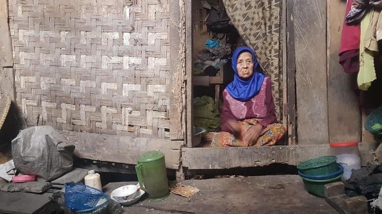 Nenek Sodah Hidup Sebatang Kara di Gubuk Reyot di Banten