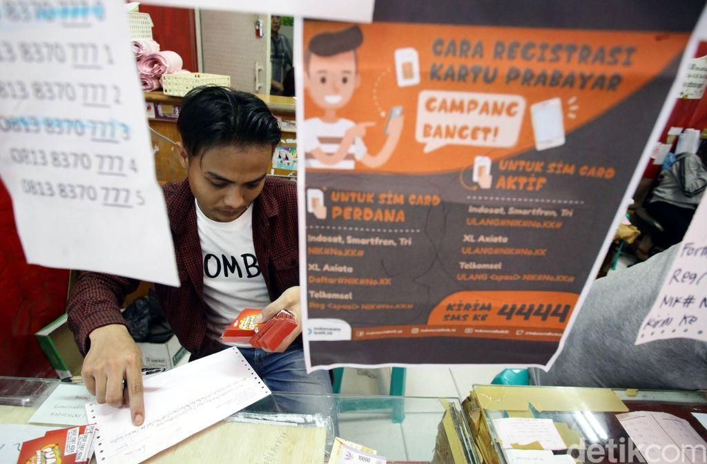 Tata cara melakukan registrasi kartu prabayar terpampang di sebuah gerai SIM Card di pusat perbelanjaan selular di Jakarta Timur, Rabu (1/11/2017).