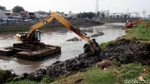 Pengerukan Endapan Lumpur di Kanal Banjir Barat