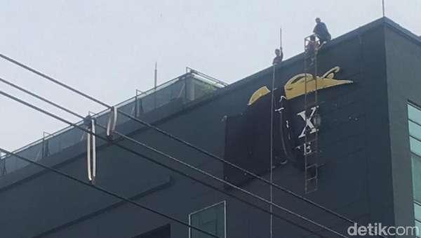 Pakai Tangga, Petugas Bongkar Plang di Atas Hotel Alexis