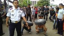 Foto: Tepergok Mencuri, 3 Pria Dihukum Jalan Jongkok dan Angkat Ban