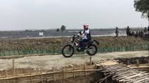 Gaya Jokowi Naik Motor Trail Tinjau Tambak Udang di Muara Gembong