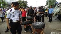 Maling Ban Mobil Dihukum Jalan Jongkok Sambil Angkat Ban