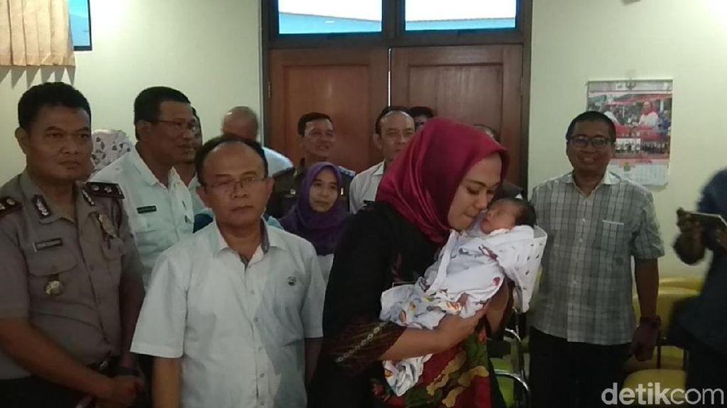 Bupati Cellica Adopsi Bayi yang Ditemukan di Kolong Jembatan