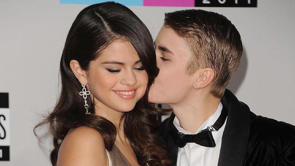 Ciuman Mesra Justin Bieber untuk Selena di Jamaika