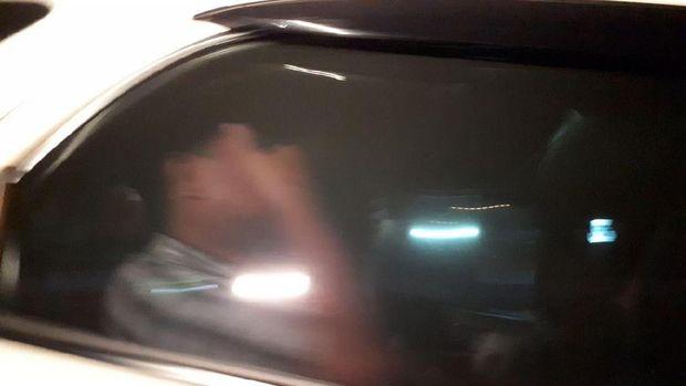 Satu orang yang diduga pegawai imigrasi dibawa polisi