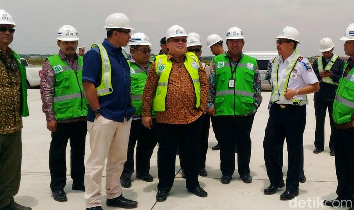 Menteri Perencanaan Pembangunan Nasional/Kepala Badan Perencanaan Pembangunan Nasional (Bappenas), Bambang Brodjonegoro, mengunjungi proyek Bandara Internasional Jawa Barat (BIJB) di Kabupaten Majalengka, Jawa Barat.