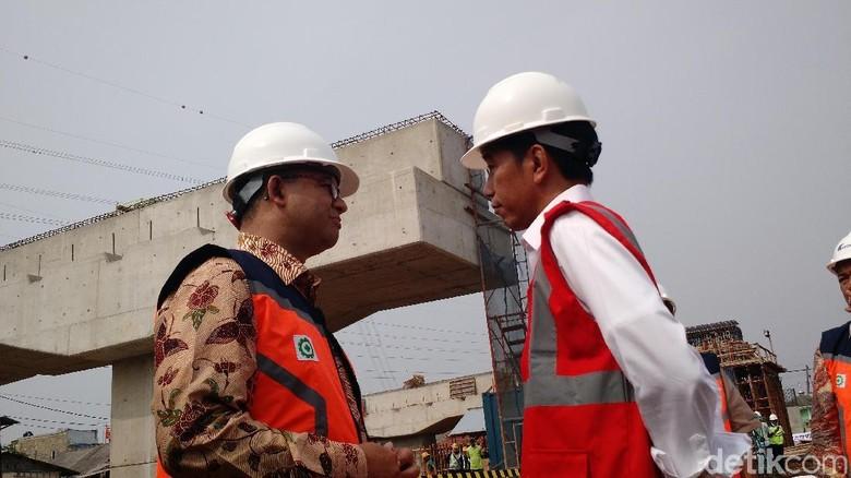 Gerak-gerik Jokowi dan Anies Saat Ngobrol Berdua di Tol Becakayu