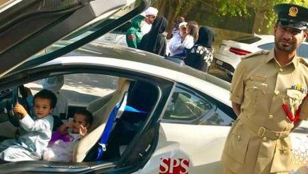Hilangkan Trauma Anak, Polisi Dubai Ajak Anak Ini Naik Supercar