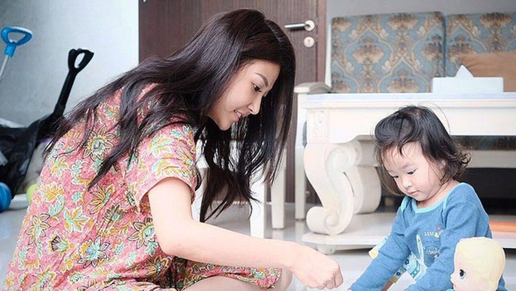 Emak-emak Banget! Saat Sarwendah Berdaster Kerjakan Urusan Rumah