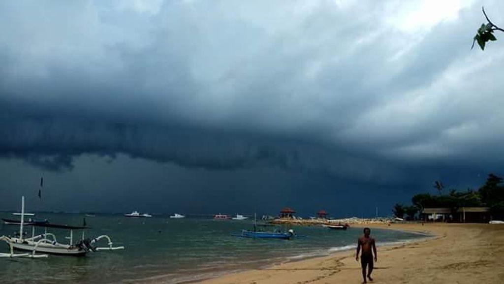Dramatis! Awan di Pantai Sanur Getarkan Hati Pengunjung