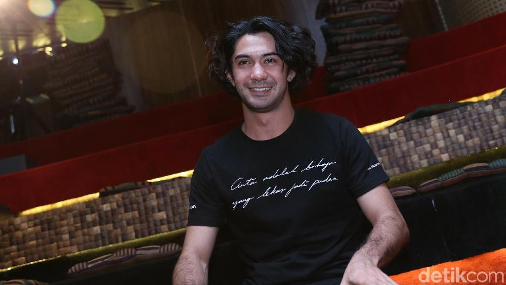 Reza Rahadian Habiskan Liburan Bersama Keluarga