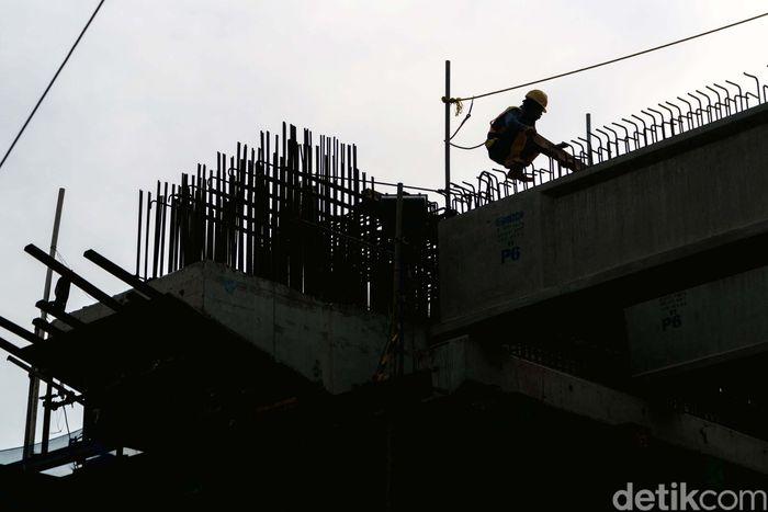 Pekerja tengah mengerjakan Proyek LRT Kelapa Gading-Velodrome, Kamis (2/10).