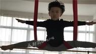 Video Aksi Instruktur Yoga Termuda di Dunia