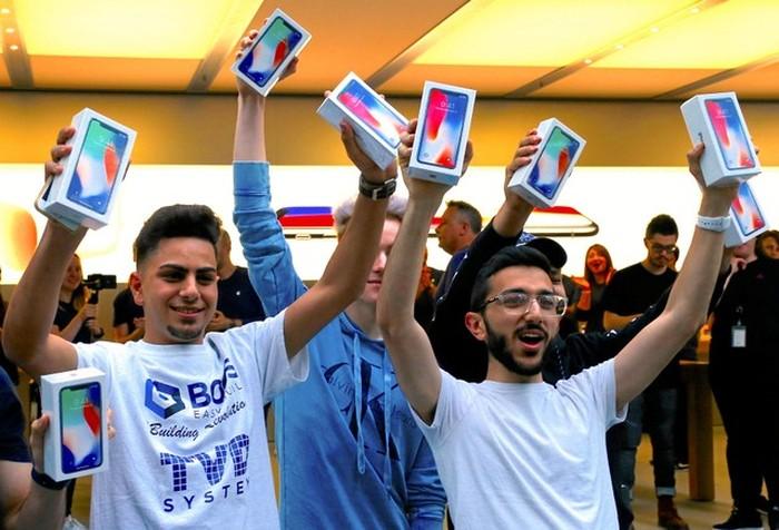 Girang membeli iPhone X. Foto: Reuters