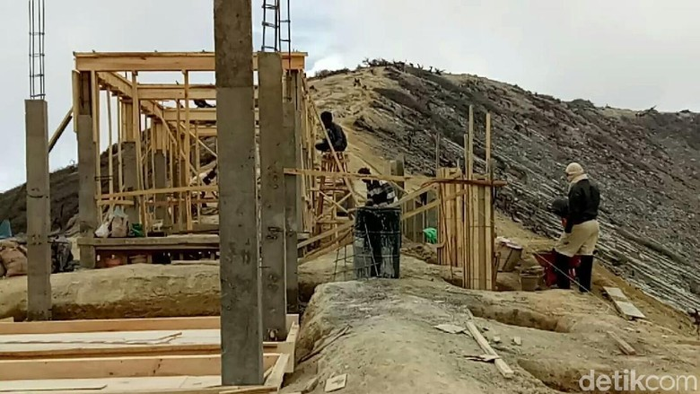 Foto: Pembangunan infrastruktur di Puncak Ijen (Ardian/detikTravel)