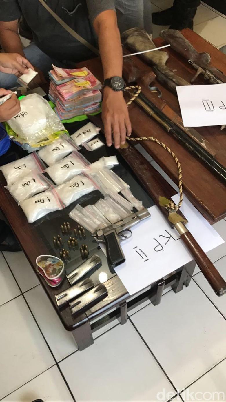 Bandar Kg Sabu dan Punya - Polres Inhu Tiga orang komplotan bandar narkoba yang memiliki senjata api berhasil diringkus Polres Indragiri Hulu Barang bukti