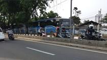 Nekat! Hindari Razia, Pemotor Ini Lawan Arus di Busway