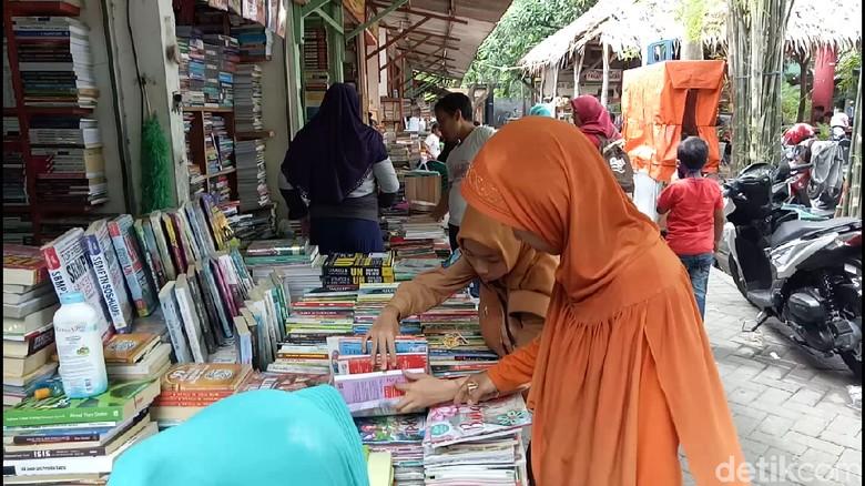 Menengok Kampung Ilmu yang Bertahan - Surabaya Buku adalah guru yang setia setiap saat dalam memberikan ilmu dan Meski generasi saat ini diterpa keberadaan