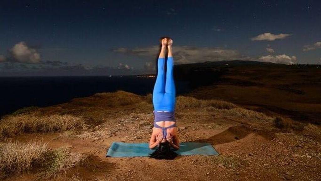 Foto-foto Keren Saat Yoga Dilakukan di Malam Hari