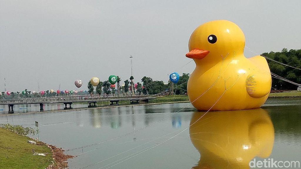 Bebek Raksasa Tiba-tiba Muncul di Danau Taman Kota Meikarta