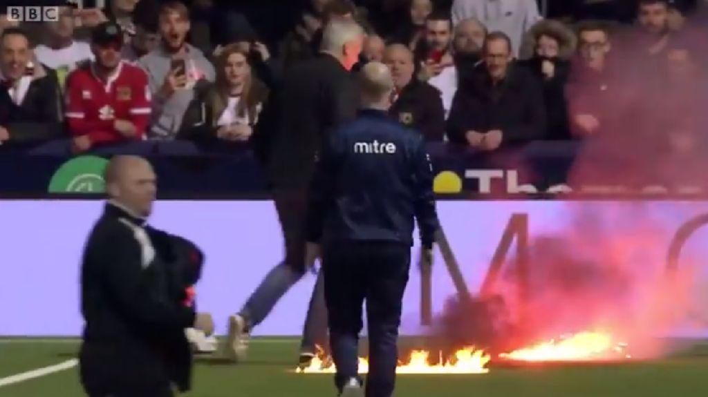 Lapangan yang Terbakar Sempat Ganggu Laga Sepakbola Ini