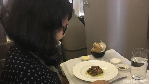 Menikmati hidangan di atas pesawat (Erna/detikTravel)