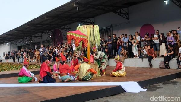 Aksi Debus dari Komunitas Bissu Buka Jakarta Biennale 2017